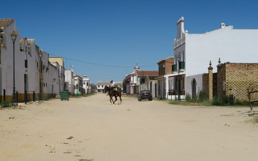 Un cavalier dans les rues de El Rocio en Andalousie