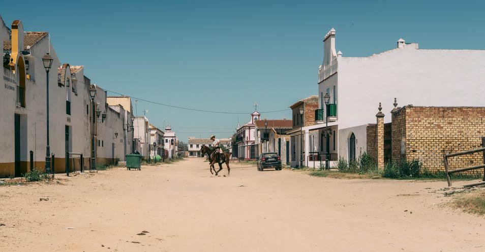 Un cavalier à El Rocio en andalousie