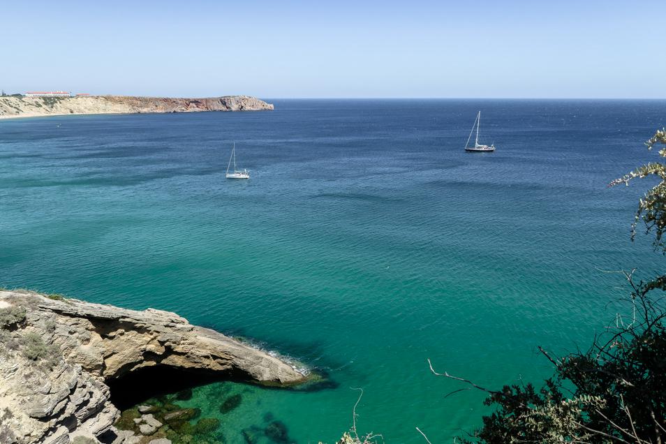 Vue sur deux bateaux à Sagres au Portugal